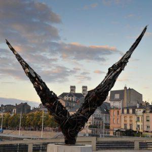 """Place de la Nation à Verdun. Sculpture réalisée dans le cadre du projet """"Des pas qui résonnent""""."""